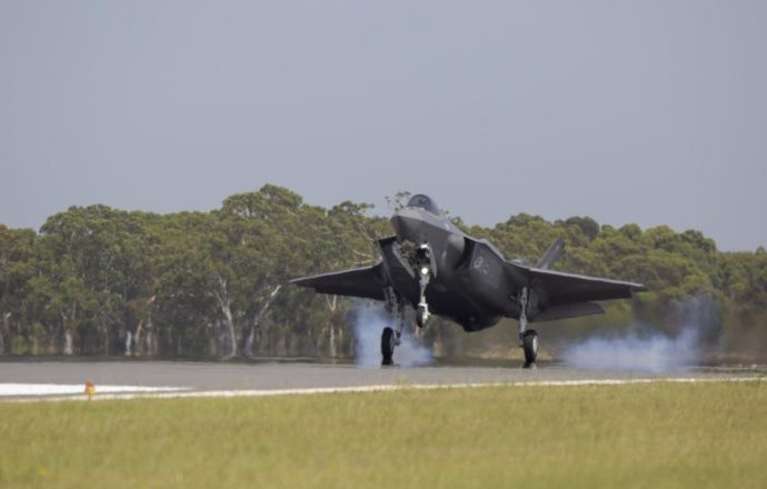Australia's first F-35s Arrive Home to RAAF Williamtown Heralding New Era for the Australian Defence Force - Κεντρική Εικόνα